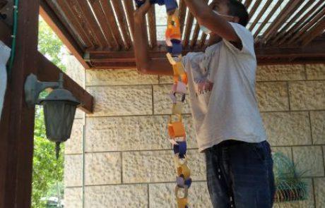 למען הקהילה: נוער בנימין נרתם לבניית הסוכות