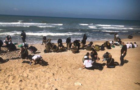 בני ובנות השירות הלאומי אזרחי מסייעים בניקיון החופים מזפת
